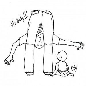 Un homme penche la tête entre ses jambes pour surprendre son bébé assis au sol